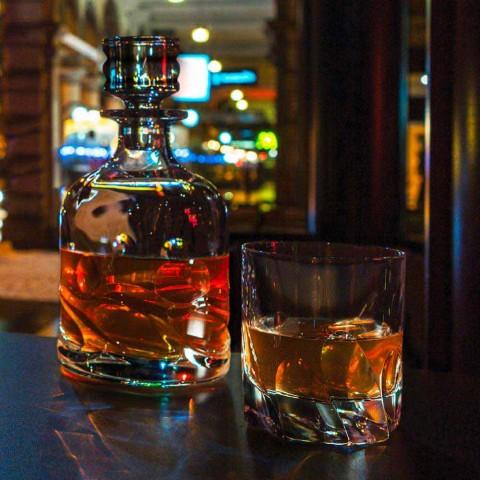 2 butelki z kryształową whisky z dekoracją ekologiczną i luksusową nakrętką - tytan