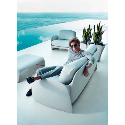 Nowoczesna sofa ogrodowa Pezzettina firmy Vondom, wykonana z polietylenu