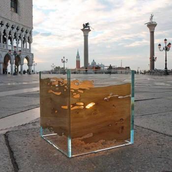 Lampa delfina Wenecji drewnianym stołem i Ca d'oro szkło