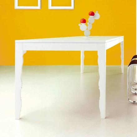 Rozkładany stół z lakierowanego na biało drewna do 2,5 mz toczonymi nogami - koncepcja