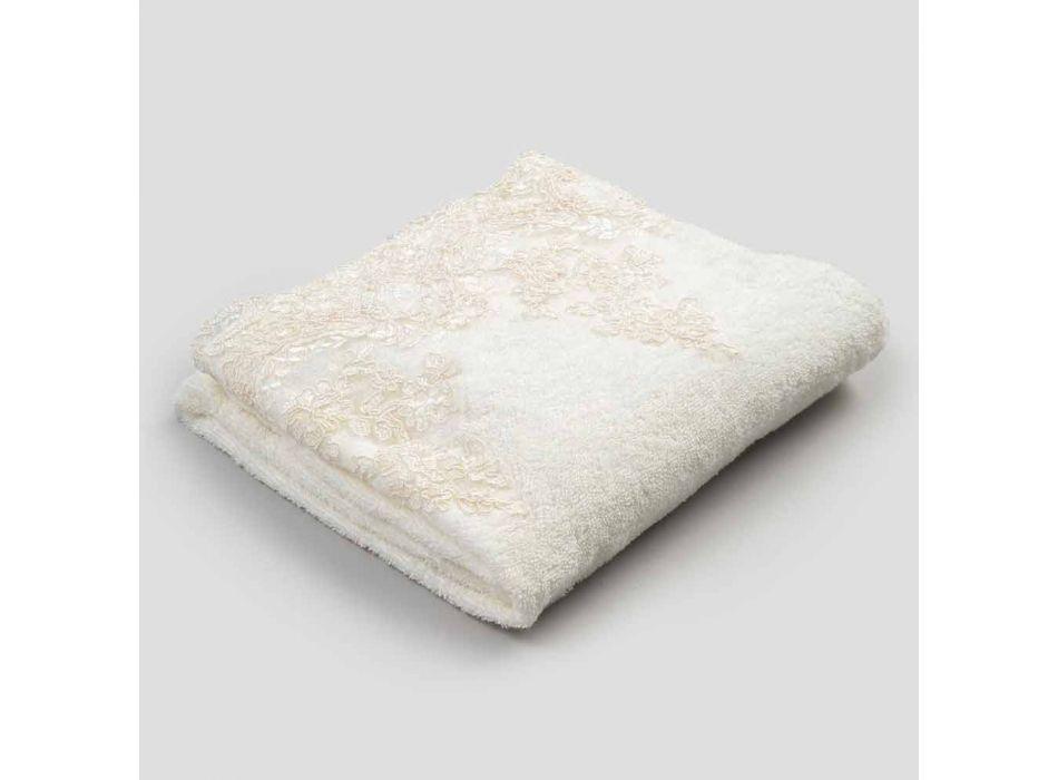 Ręcznik kąpielowy z bawełny frotte z domieszką lnu z koronką - Ginova